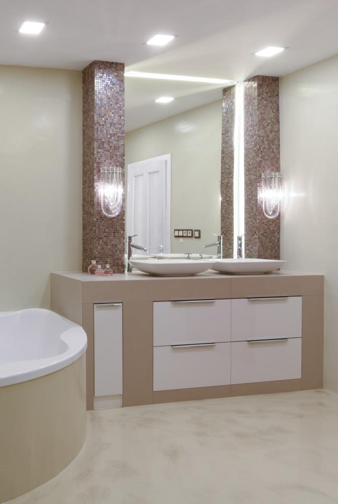 Fürdőszoba műgyanta fal és padlóburkolattal, mosdó melletti pillérek Sicis mozaikkal