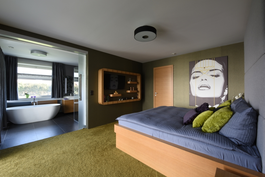 Födszinti hálószoba és fürdőszoba olívzöld kiegészítőkkel