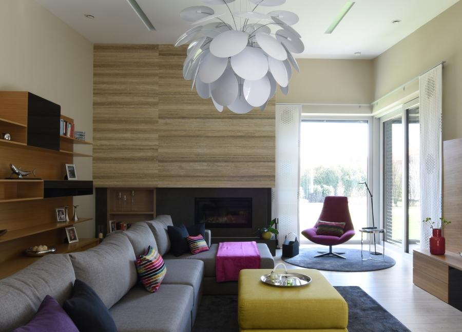 Nagy belmagasságú nappali a vékonyított Kerlite burkolatos kandallóval