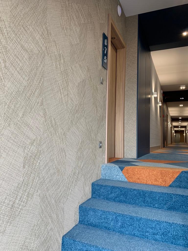 Hotel Európa fit apartman közlekedő részlet BOLON falburkolattal