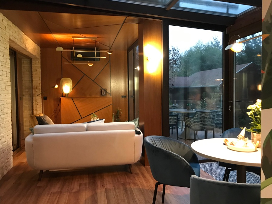 Utólag építettük be a nappalihoz és étkezőhöz kapcsolódó, trópusi hangulatú télikertet