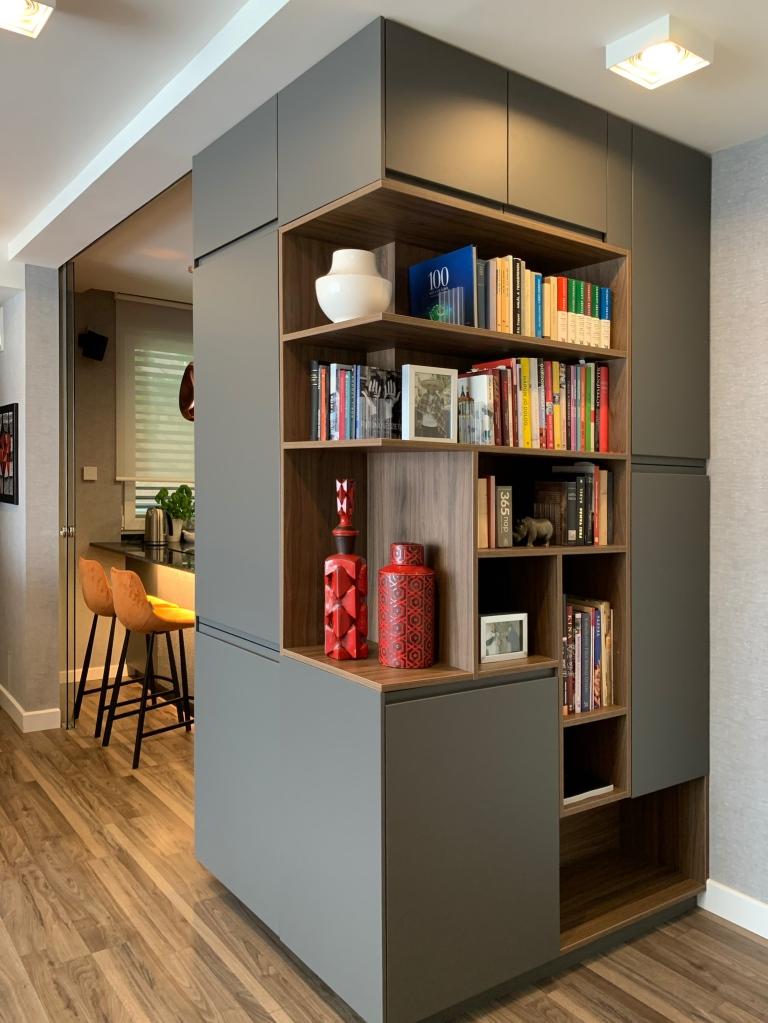 A konyhabútorral egy blokkba tervezett tárolóelem, mely a vendégkabátokat is rejti