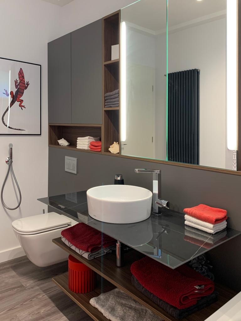 Hidegburkolat nélkül készült a kádas fürdőszoba