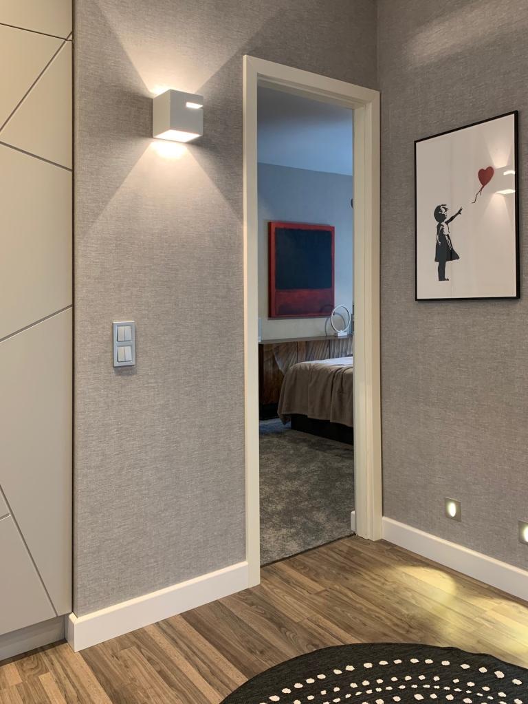 A szobák előtti közlekedőből belátás a hálószobába